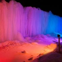 幻想的な氷壁のライトアップ