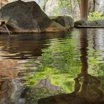 木々の緑が映る露天風呂