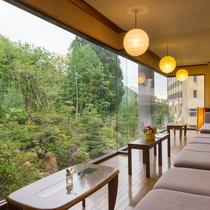 お休み処から眺める日本庭園
