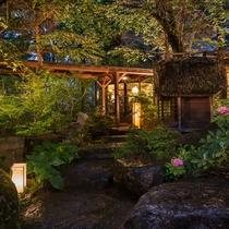 本館玄関横の庭園と薬師堂