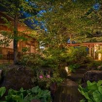 本官玄関横の庭園と左に貸切温泉「日光の湯」
