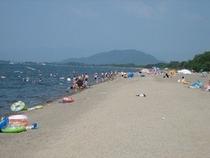 歩いて1分の新海浜水泳場はご家族連れに大人気