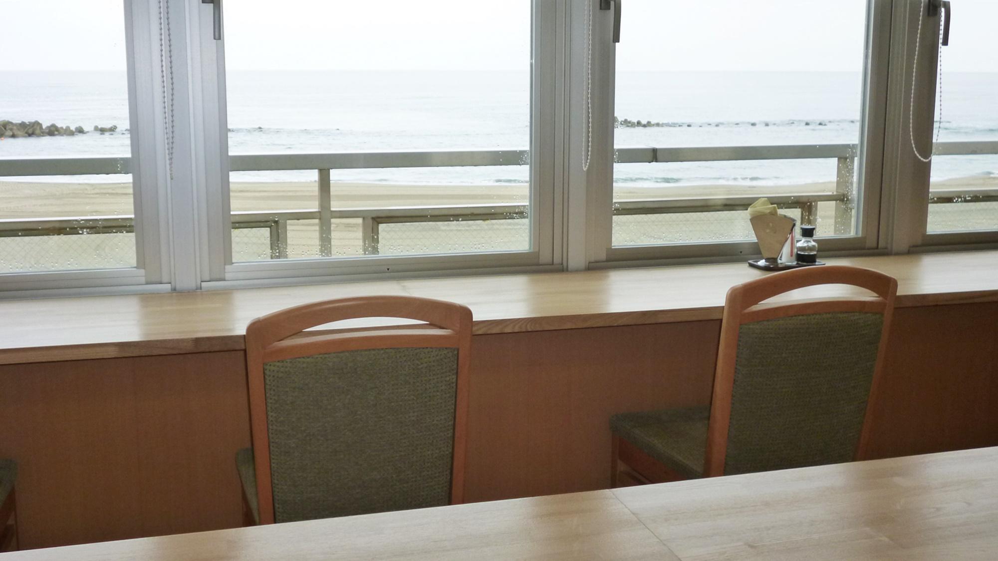 *【朝食会場】窓際のお席では日本海を眺めながらの清々しいご朝食を堪能!