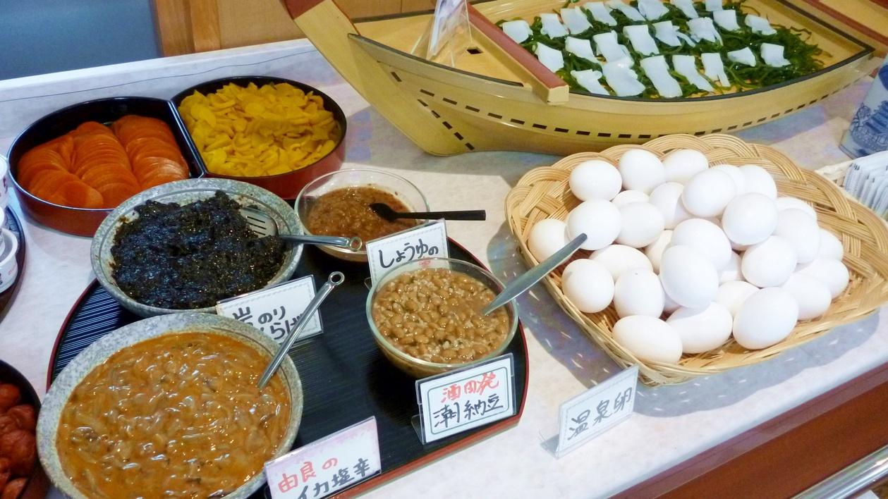 *【朝食バイキング一例】しょうゆの実、塩納豆など山形ならではのおかずも並ぶ。