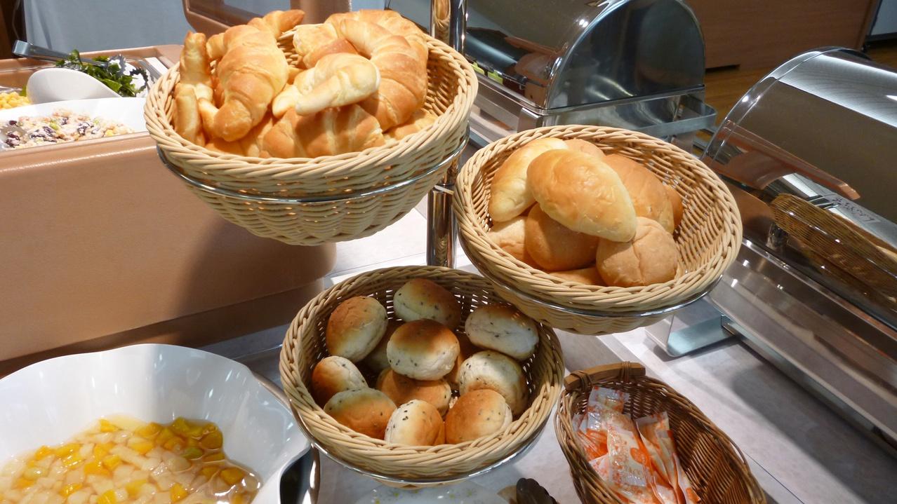 *【朝食バイキング一例】おいしいパンも各種ございます。ジャムやフルーツとご一緒に♪