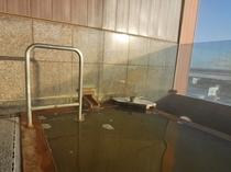 【展望風呂】薄い黄褐色の天然温泉です。