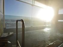 【展望風呂】当館最上階にある展望風呂。天然温泉で旅の疲れが癒されます。