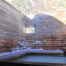 【露天風呂 花鳥風月】頭上に雪景色を仰ぐ、四季の良さを愉しめるお風呂(2名利用程度・洗い場なし)