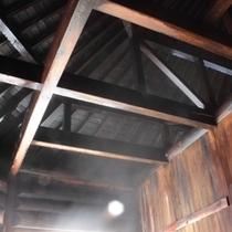 【丸太造りの天然温泉】ほとんどが木造のお風呂で、野趣あふれる雰囲気を味わえます