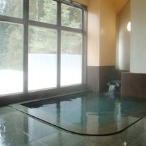 【貸切風呂 竜山】地下水の沸かし湯を使った広々とした貸切風呂。温泉の露天風呂も併設(予約制・先着順)