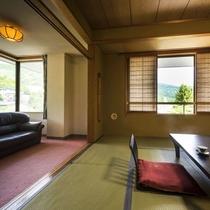 【和室・角部屋】四季折々の景色を眺める、角部屋の明るいお部屋。12.5畳と大人数でもゆとりの広さ