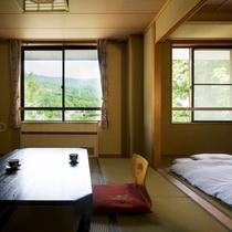 【和室次の間付】布団の部屋を分けて使用するなど、広々とした空間でお寛ぎ下さい