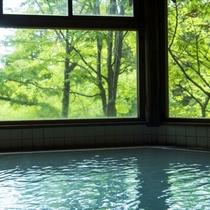 【丸太造りの温泉浴場】四季の風景を眺めつつ名湯を楽しむ贅沢。蔵王温泉特有の硫黄の香りが立ち込める