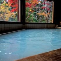 【丸太造りの温泉浴場】乳白色の温泉と紅葉を一緒に楽しむ!リーズナブルに体験できるのも当館の魅力