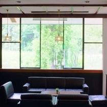 【ラウンジ「タカルージュ」】多目的に利用できる空間。ちょっとした休憩や、待ち合わせなどにご利用を