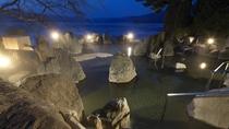 ■1F庭園露天風呂「鹿泉の湯」(夜)/湖との境目は岩一枚。まるで阿寒湖の中に入っているかのようです。