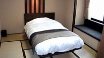 【本館】民芸調 和ベッド/和を基調とした空間で、どうぞおくつろぎください。