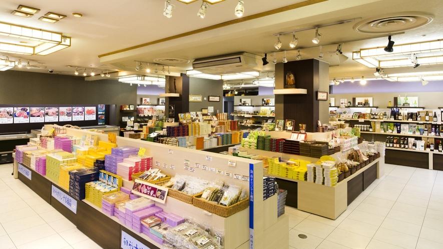 ■おみやげ処「百花苑」/北海道の名菓や海産物のほか、鶴雅のオリジナル品など豊富な品揃えです。