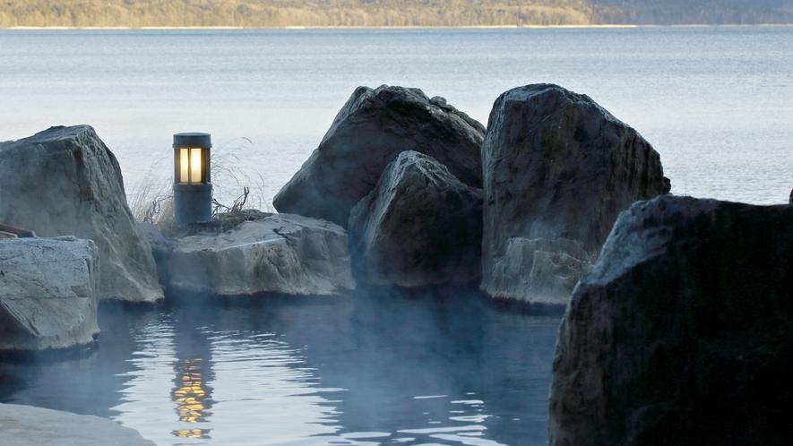 ■1F庭園露天風呂「鹿泉の湯」/湯につかると目線は湖とほぼ同じ高さ。湖との一体感に感動!