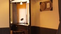 【レラの館】洋室ツイン(一例)/壁紙にアイヌ文様を配したモダンな佇まいが自慢です。