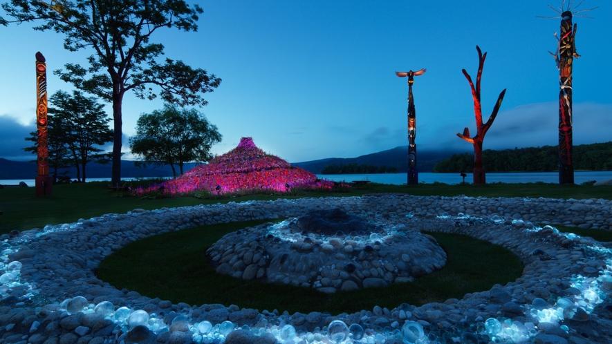 ■阿寒イオマプの庭/夜にはプロジェクションマッピングで彩られる(イメージ)