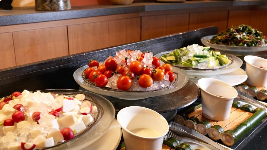 ■メインダイニング天河/色とりどりの新鮮な野菜サラダ