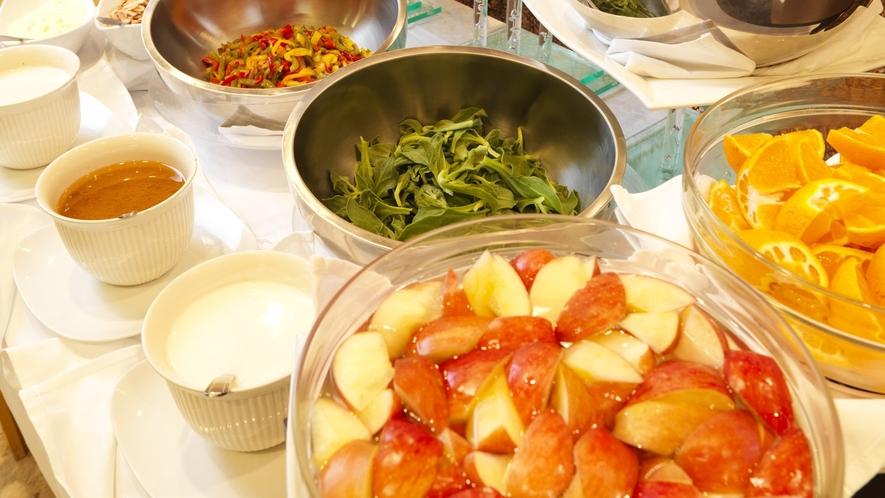 ■【メインダイニング天河】/食事のバランスを考えて、新鮮なサラダやくだものもご用意しております。
