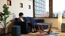 ◆ワーケーションルーム/個室ワークスペースにはゆったりとしたソファを設置(イメージ)