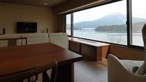 【別館】展望風呂付和洋特別室 一例/大きな窓からは、阿寒湖と雄阿寒岳が広がります。