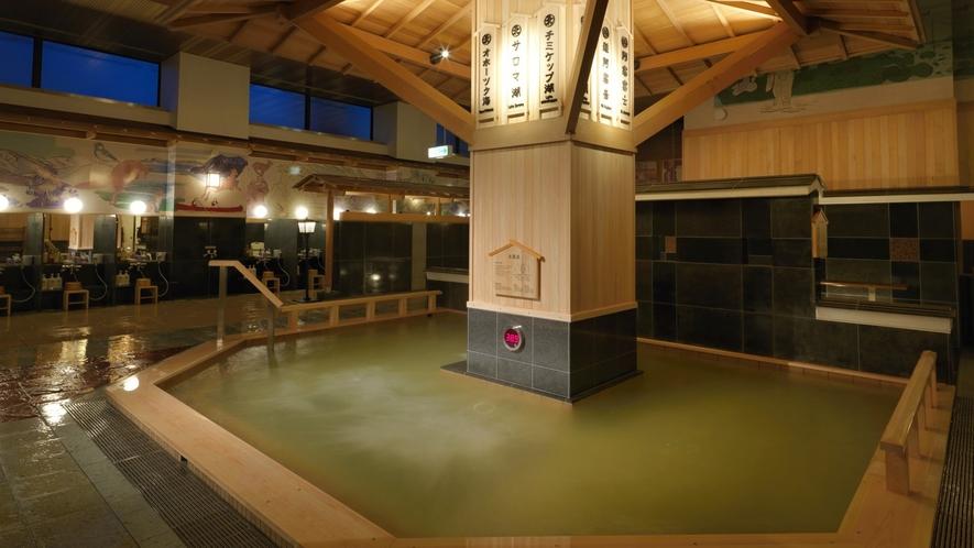 ■1F大浴場(地下)「豊雅殿」泡風呂/アイヌの物語や阿寒湖の自然などが描かれた、壁一面の壮大な壁画