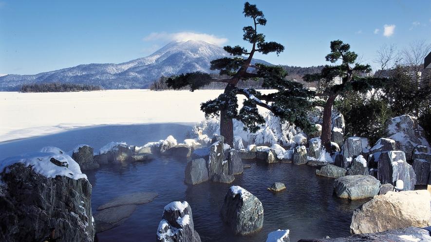 ■1F庭園露天風呂「鹿泉の湯」(冬)/目の前は阿寒湖!湖上を渡る風を感じながら湖との一体感をどうぞ
