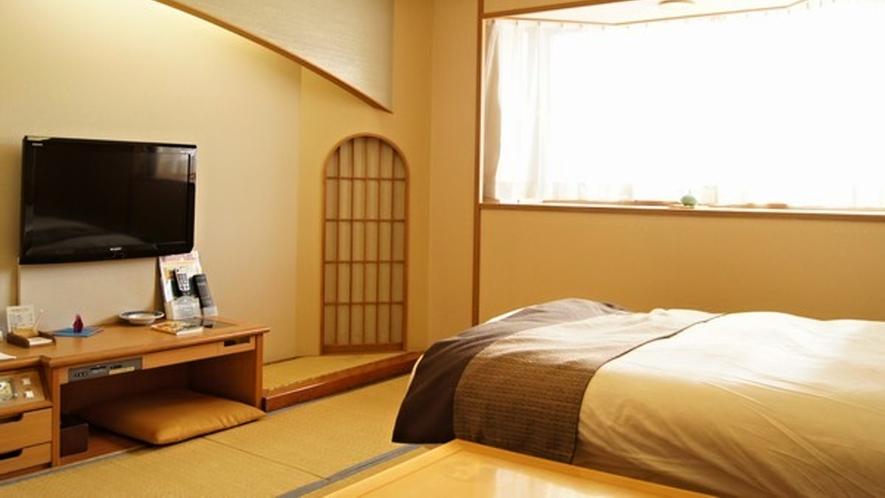 【本館】シングルベッド和洋室/畳の空間には木の温かさや和の意匠があふれ、ゆったりお寛ぎ頂けます。