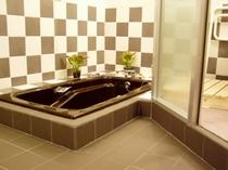 1F ジャグジーのバスルームの入口、洗い場が広くて2人で余裕
