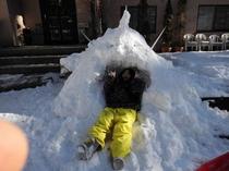 雪の怪獣と女の子