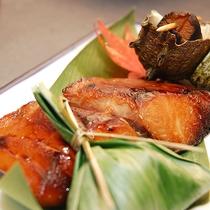 【夕食一例】旬の地元産の食材をふんだんに使ったお料理です。