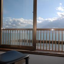 【景色】お部屋からは目の前の飯田湾がご覧いただけます。ほのかな潮の匂いと穏やかな潮騒の音に癒されます