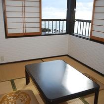 【和室一例】こじんまりとしたお部屋ですが、潮騒の音を聴きながらのんびりお寛ぎいただけます。