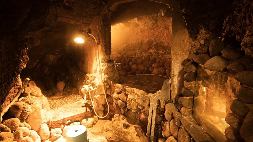*【岩穴風呂】洞窟のような不思議な空間です。