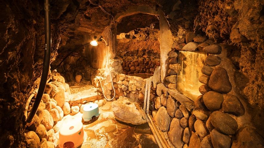 *【岩穴風呂】岩穴にこもる湯気には、美肌効果もありますよ~