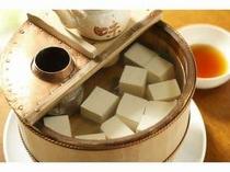 【湯治健康朝食】秋~春の人気メニュー、木桶の湯豆腐
