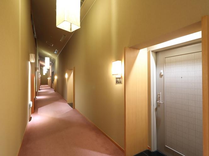 【施設/廊下】廊下は照明を控えめにし、落ち着いた雰囲気を演出しております。