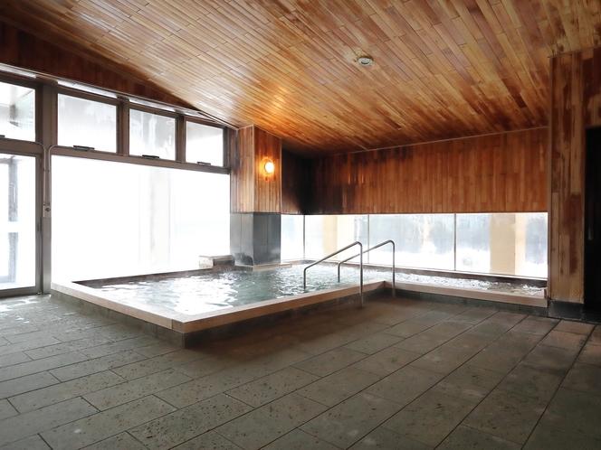 【温泉/内湯】内湯の大きな窓からのぞく外の景色は四季によって様々な姿に変わります。