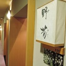 *【施設/廊下】廊下は照明を控えめにし、落ち着いた雰囲気を演出しております。