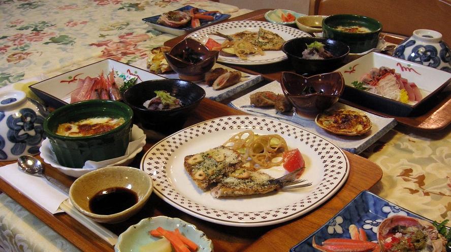 夕食は 四季折々の地物食材を使った 魚介類主体の和洋折衷メニュー(写真は1例です)