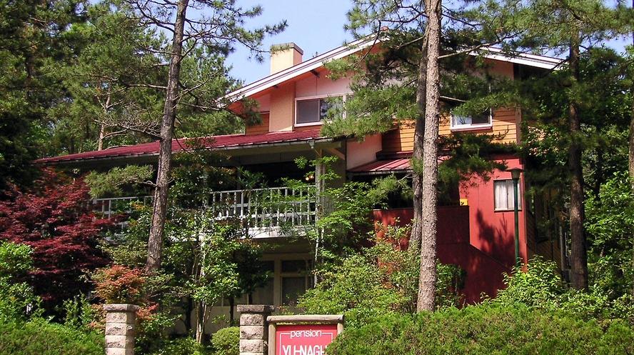 松林の中にとけ込むようにたたずむ山荘風の建物