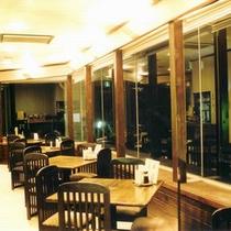 *【レストラン】お食事は隣接のレストランでどうぞ!大きくとられた窓が開放的な空間を演出致します。