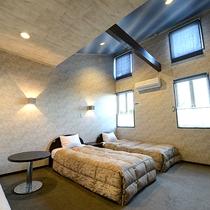 *【スタンダードツイン】高めの天井なので通常のツインよりも広く感じていただけるかもしれません。