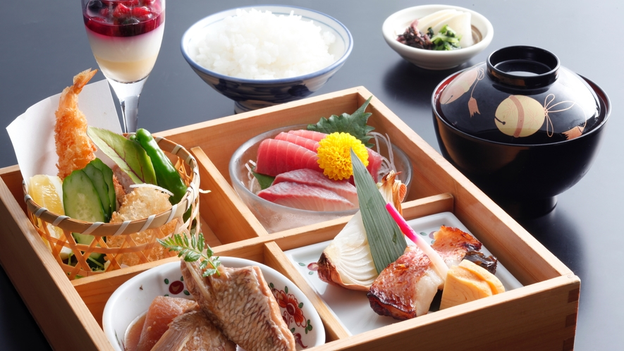 ★【ランチ】4種のメイン料理が楽しめる!【和食弁当】一例