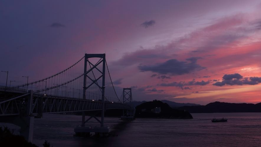 ★大鳴門橋と夕日のつくり出す絶景 道の駅うずしおより望む夕景色(ホテルより車約10分)