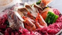 ★鯛や魚介類などの食材を土鍋で蒸し焼きにした淡路島の郷土料理「宝楽焼き」/一例